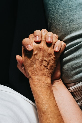 Expressing Love and Comfort to a Dying Loved One: How to Have Meaningful Discussions
